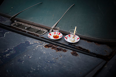 Two tea glasses on a car - p1007m1134814 by Tilby Vattard