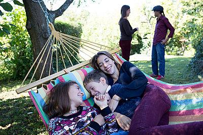 Familie im Garten - p1308m1525011 von felice douglas