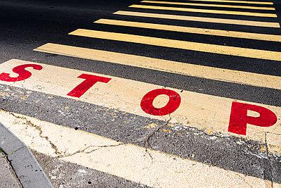 Fußgängerüberweg in Armenien mit Stopbuchstaben - p177m1214590 von Kirsten Nijhof