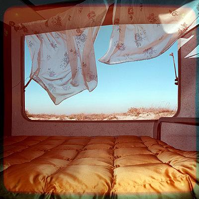 Wind im Wohnwagen - p230m889822 von Peter Franck