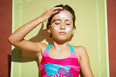 Young girl using suncream - p300m2029539 by Javier Sánchez Mingorance