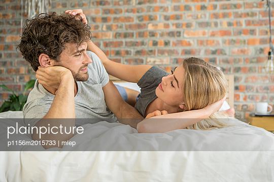 Paar im Bett - p1156m2015733 von miep