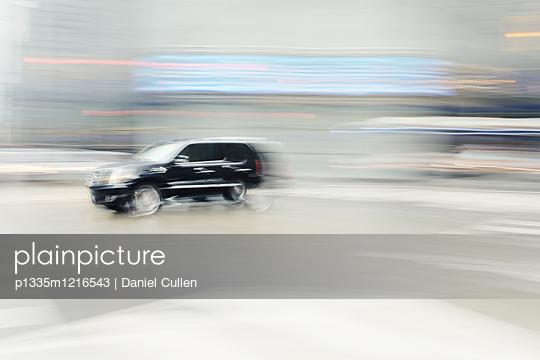 SUV auf der Straße - p1335m1216543 von Daniel Cullen