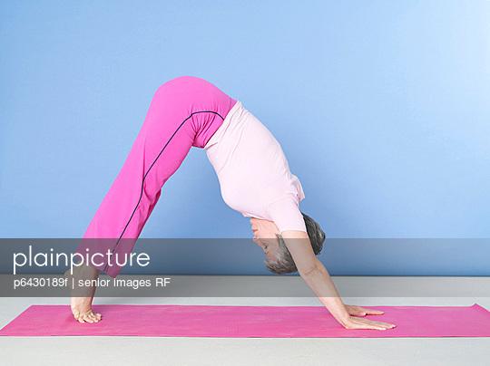 Reife Frau beim Yoga  - p6430189f von senior images RF