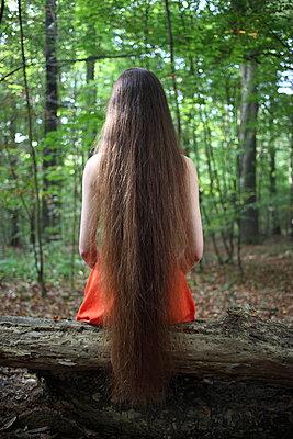 Waldfee ruht sich aus - p045m953734 von Jasmin Sander