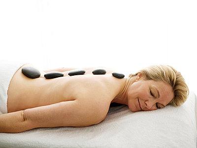 Frau bei der Hot Stone Behandlung  - p6430129 von senior images