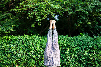 Woman doing handstand in city park - p795m2191366 by JanJasperKlein