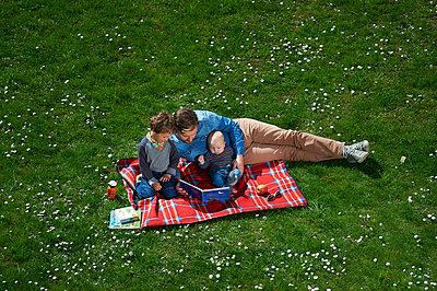Vater beim Vorlesen - p900m1091346 von Michael Moser