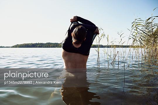 Woman going to take a bath - p1345m2278993 by Alexandra Kern