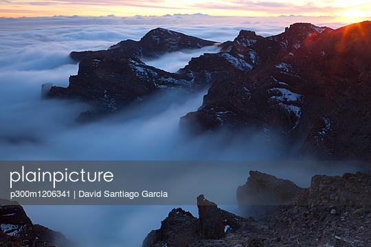 Spain, Canary Islands, La Palma, view across the Caldera de Taburiente from the Roque de los Muchachos at sunrise - p300m1206341 by David Santiago Garcia