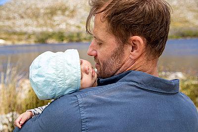 Vater mit Baby - p1355m1574017 von Tomasrodriguez