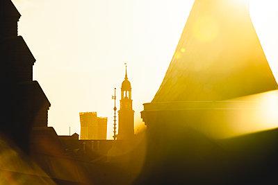 Blick auf Michel und Tanzende Türme im Sonnenschein über den Dächern der Speicherstadt, Hamburg - p1493m1584460 von Alexander Mertsch