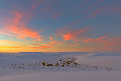 USA, New Mexico, Chihuahua Desert, White Sands National Monument, landscape at sunrise - p300m1417169 by Fotofeeling