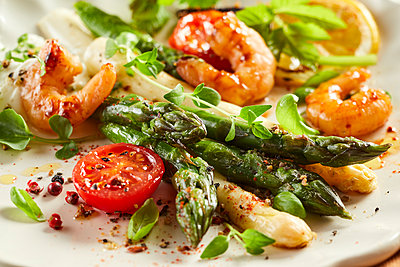 Plate of shrimps with roasted asparagus, tomatoes and basil - p300m2166859 by PURECREATIONS