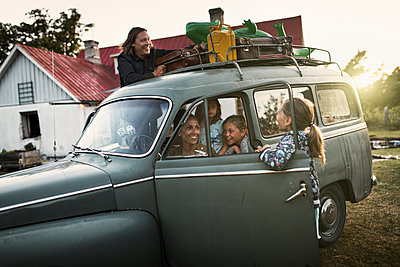 Family packing their car - p312m1103705f by Michael Jonsson