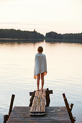Girl standing on jetty - p312m2091848 by Anna Kern