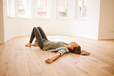 Young woman relaxing on floor - p586m1064867 by Kniel Synnatzschke