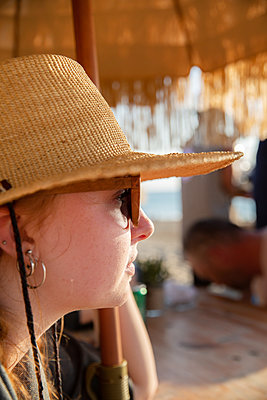 Woman with straw hat - p756m2125743 by Bénédicte Lassalle