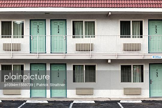 Gebäude mit nummerierten Haustüren  - p1094m1559739 von Patrick Strattner