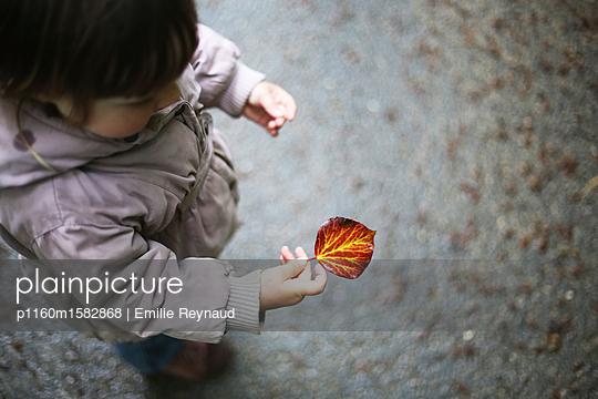 Kind mit einem Blatt - p1160m1582868 von Emilie Reynaud