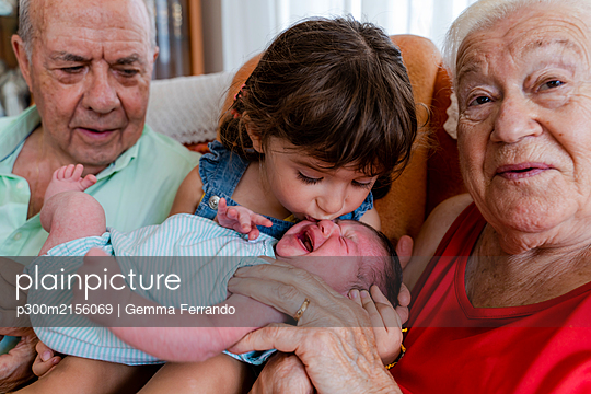 Grandparents with little girl and newborn baby at home - p300m2156069 by Gemma Ferrando