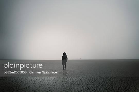 Frau am Meer im Nebel - p992m2005859 von Carmen Spitznagel