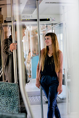 Junges Paar in der Bahn - p1212m1138512 von harry + lidy