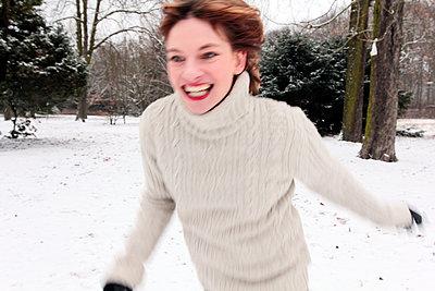 Schöne junge Frau im Schnee - p258m1200797 von Katarzyna Sonnewend