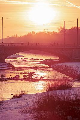Germany, Bavaria, Munich, Arch bridge at moody winter sunset - p300m2166363 by Studio 27
