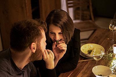 dinner with friends - p300m2282651 von Malte Jäger