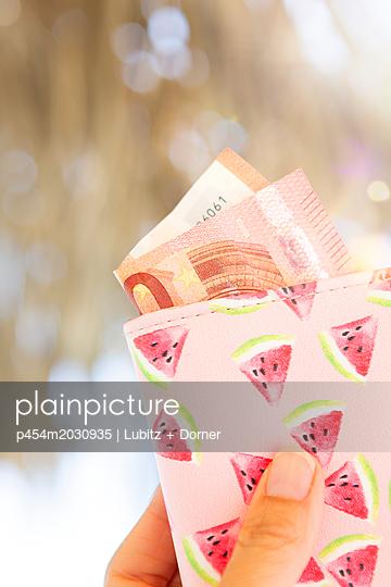 Loose money - p454m2030935 by Lubitz + Dorner