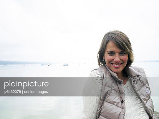 Frau sitzt auf einem Steg  - p6430079 von senior images