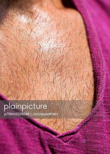 Chest hair with sweat - p795m2228248 by JanJasperKlein