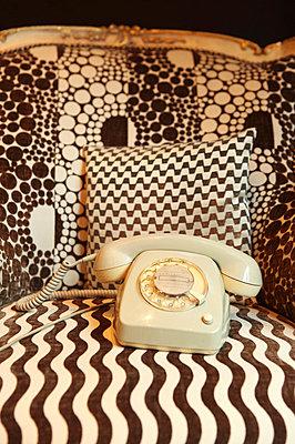 Graues Telefon - p045m852381 von Jasmin Sander