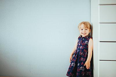 Kleines Mädchen im bedruckten Kleid - p1414m1590610 von Dasha Pears