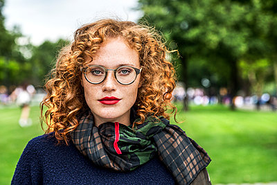 Portrait of redheaded young woman wearing glasses - p300m1505798 by Jo Kirchherr