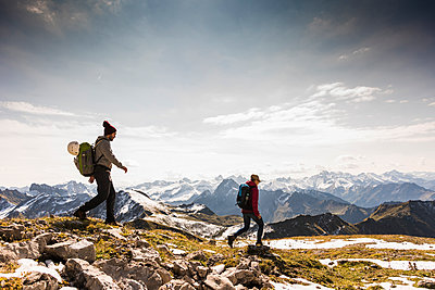 Germany, Bavaria, Oberstdorf, two hikers walking in alpine scenery - p300m1537394 by Uwe Umstätter