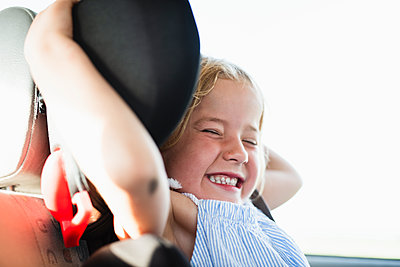 Smiling girl in car - p312m2086482 by Anna Johnsson