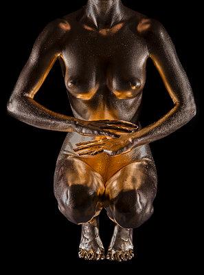 Frau in Gold - p427m963481 von Ralf Mohr