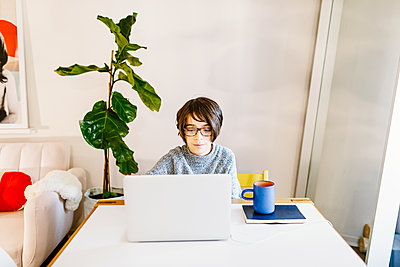 Child receiving online intructions during remote home schooling - p1166m2224154 by Cavan Images