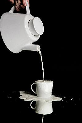 Milch einschenken - Milchlache - p1212m1123486 von harry + lidy