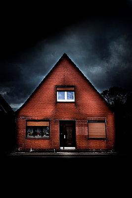 Backsteinhaus mit Dunklem Himmel - p248m1025371 von BY
