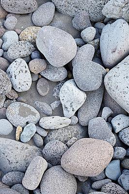 USA, Hawaii, Big Island, Waipio Valley, grey pebbles on black sand - p300m998405f by Biederbick&Rumpf