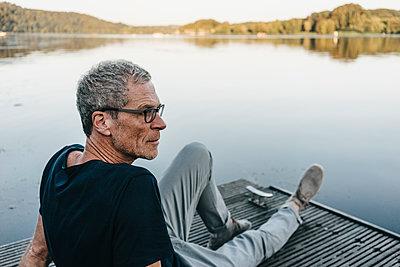 Reifer Mann entspannt sich am Baldeneysee - p586m1171935 von Kniel Synnatzschke