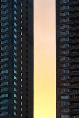 Housing block at twilight - p587m1155099 by Spitta + Hellwig