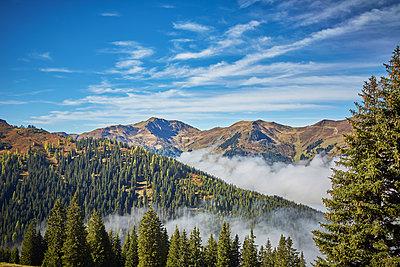 Alpen im Herbstnebel - p704m1496509 von Daniel Roos