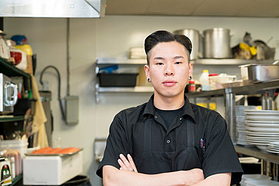 Portrait of chef in commercial kitchen - p924m1422780 by Raphye Alexius