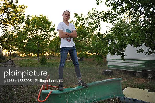Jugendlicher mit verschränkten Armen  - p1468m1585005 von Philippe Leroux