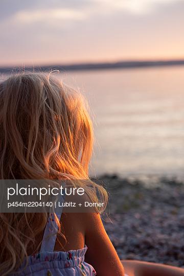 Watching sunset - p454m2204140 by Lubitz + Dorner