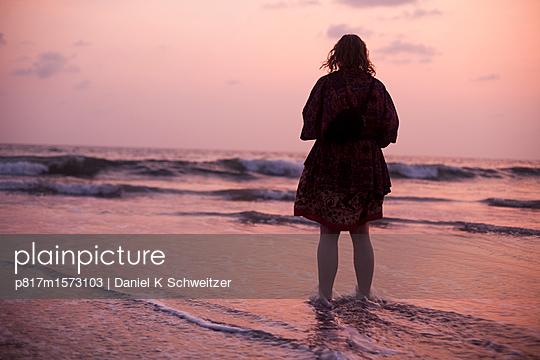 Frau am Meer - p817m1573103 von Daniel K Schweitzer